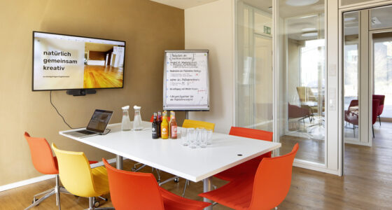 Blick in den Seminarraum AUGENBLICK, der kleine Konferenzraum im Tagungszentrum ZEITRAUM