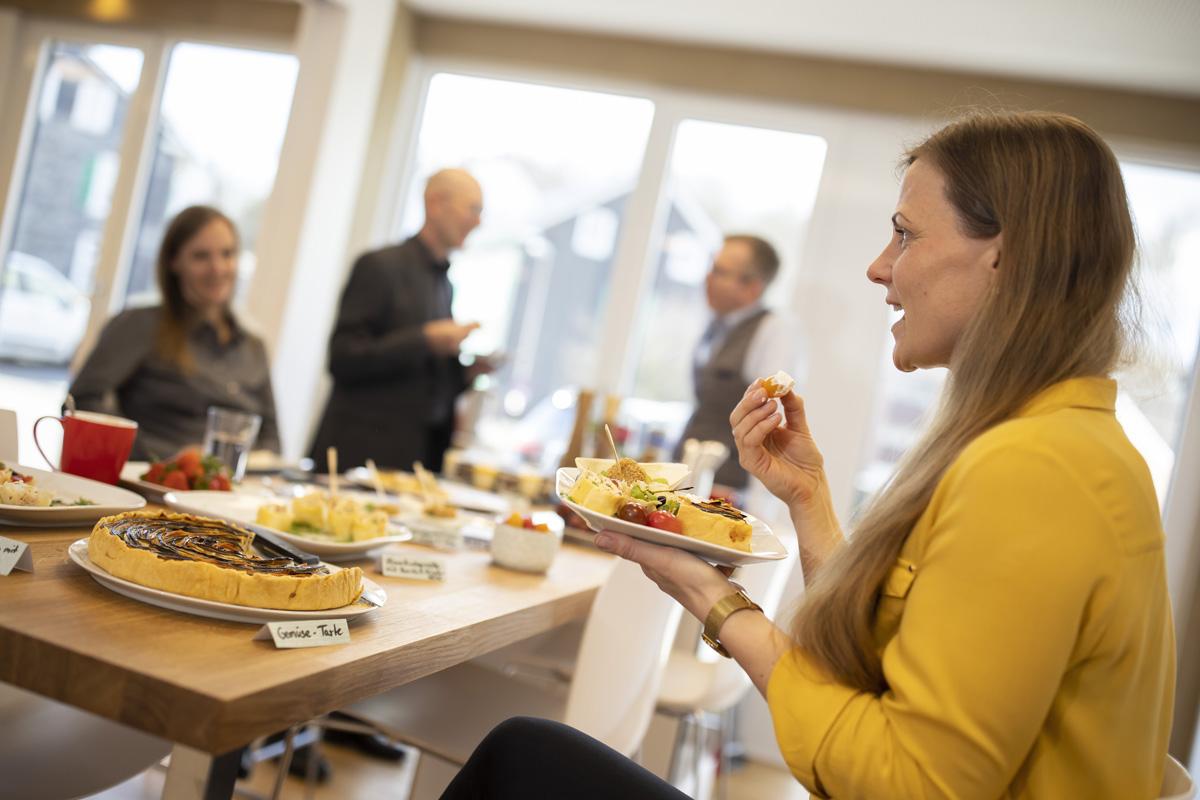Angerichtetes Buffet und gemeinsames Essen im Tagungszentrum ZEITRAUM
