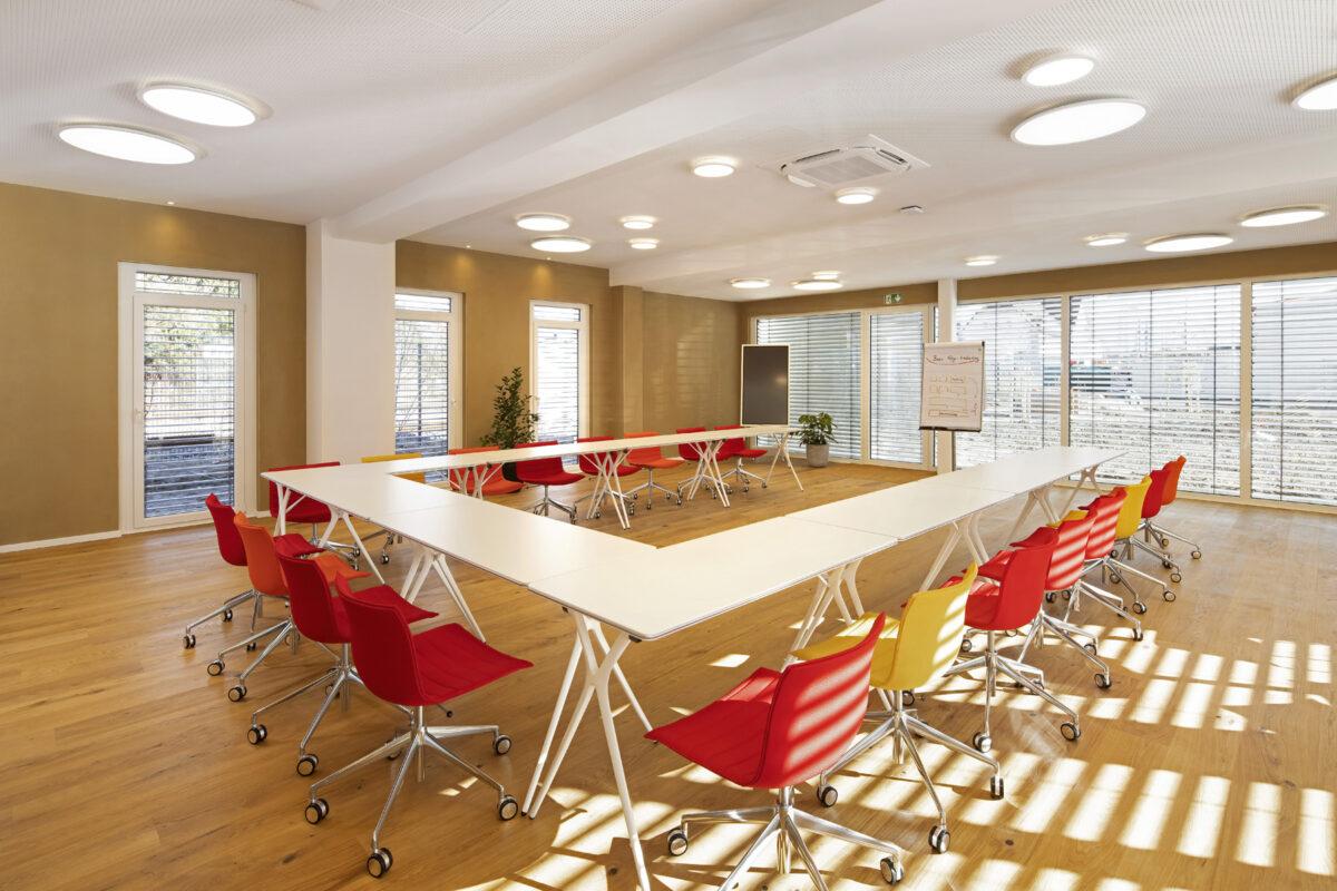 U-förmige Tische mit ergonomischen Stühlen, Bestuhlungsbeispiel im Seminarzentrum ZEITRAUM