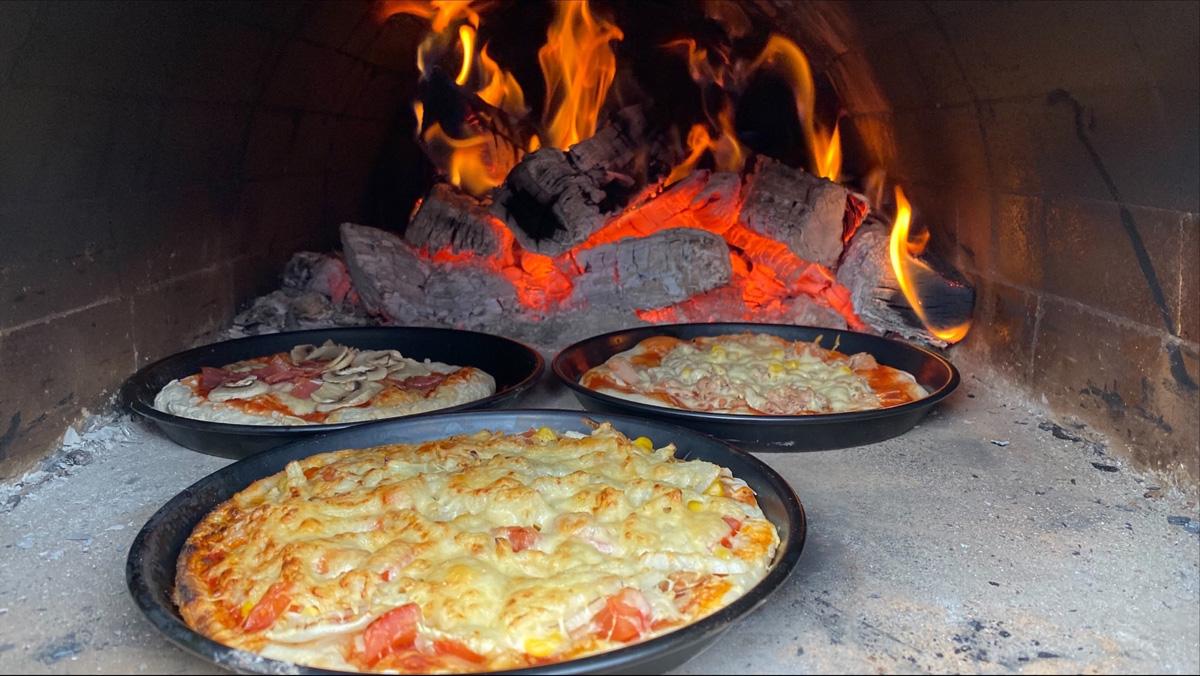 Leckere Pizza aus dem Holzbackofen - Tagungszentrum ZEITRAUM